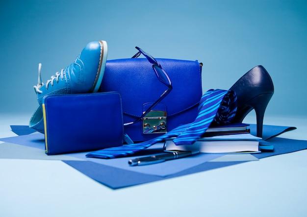 靴、ネクタイ、メガネ、バッグ、ペン、ノートブックと青の組成
