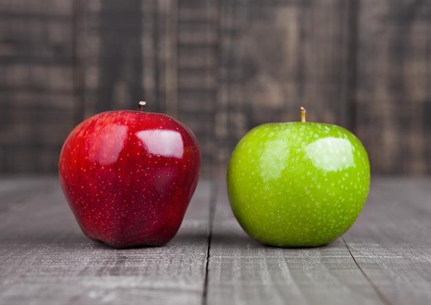 木製のテーブルに赤と緑のりんご