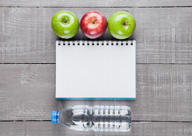 Блокнот с яблоками и водой в качестве диеты