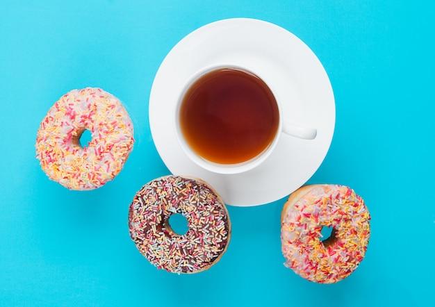 Чашка чая на завтрак с пончиками