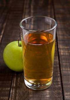 健康的な青リンゴとリンゴジュースのグラス