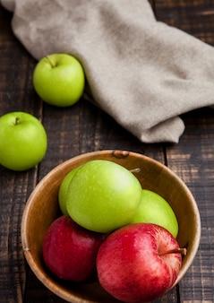 ボウルに緑と赤の有機リンゴ