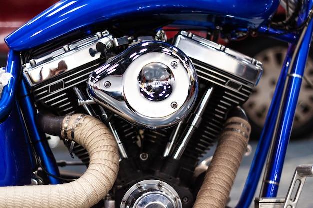Хромированный двигатель мотоцикла, двигатель. макрофотография двигателя.
