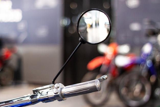 Мотоциклетный руль мотоцикла и зеркало заднего вида. хром блестящий чистый руль мотоцикла в механической мастерской. крупным планом вид