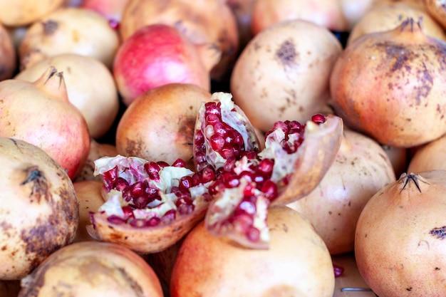 市場の屋台でザクロの新鮮な果物の山