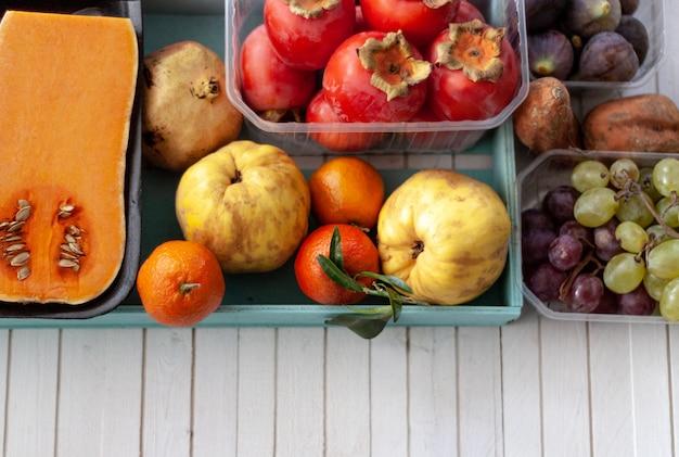 Вид сверху осенних фруктов над белыми досками