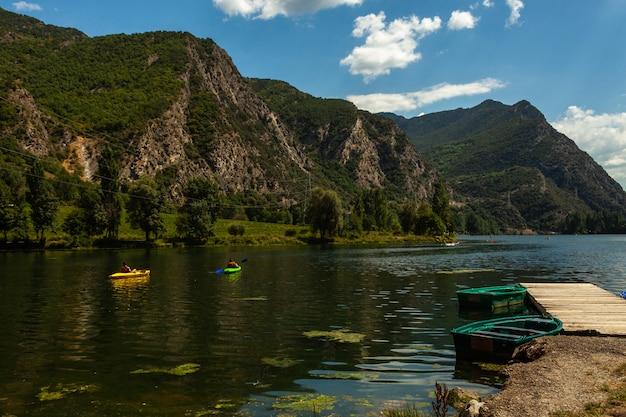 カヌーのある湖