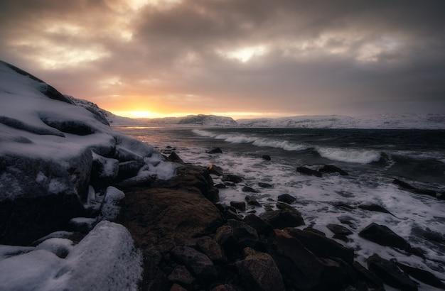 Восход солнца на северном ледяном океане