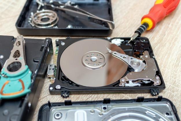 古い壊れたハードディスクドライブ。修理復旧サービス
