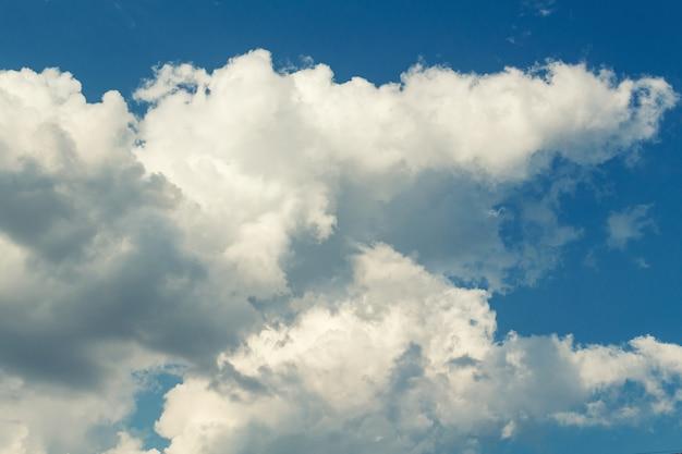 雲と劇的な絵のようなカラフルな空