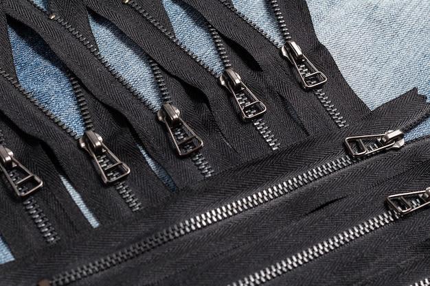 手作りの縫製仕立てのために、スライダーパターン付きの黒い金属真鍮のジッパーストライプをたくさん詰めてください