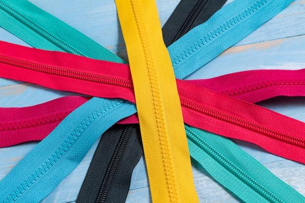 手作りの縫製仕立てのために、カラフルなプラスチックジッパーストライプパターンをたくさん詰めてください。
