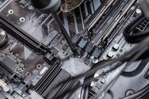 サービス内のワイヤを接続するパーソナルコンピュータプロセッサの組み立て。修理メンテナンスをアップグレードします。