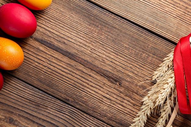 Красочные пасхальные яйца с колосьями на коричневый