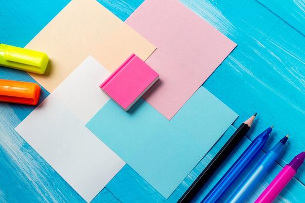 事務用品ペン、鉛筆、ブラシ、フェルトペン、マーカー、メモ用紙構成、コピースペース付き