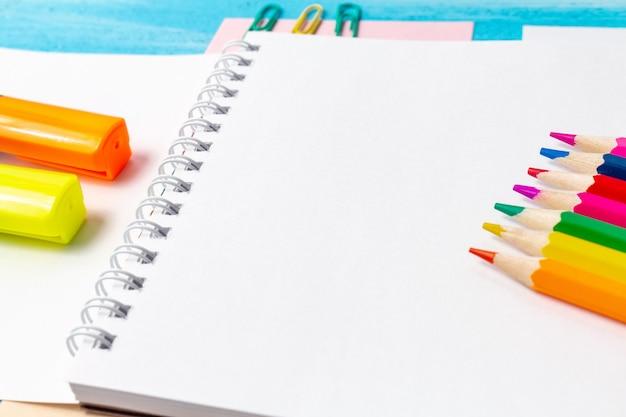 事務用品の空白のメモ帳シートペン、鉛筆、マーカー、コピースペース付きペーパークリップ