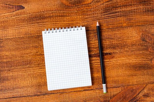 コピースペースを持つノートブック空白ページ鉛筆で構成。学校のコンセプトに戻る