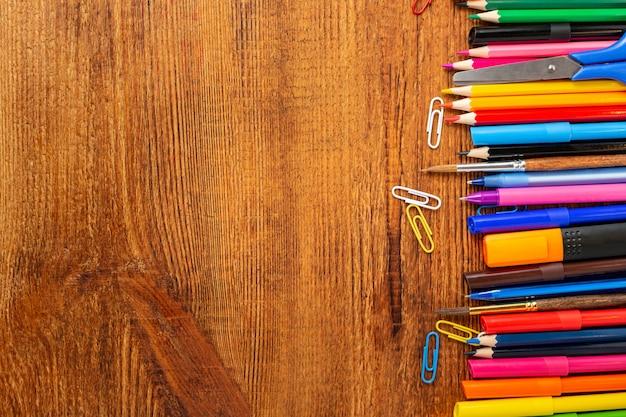 カラフルな鉛筆、マーカー、ペンとコピースペースの構成。学校のコンセプトに戻る