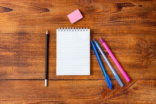 ノート空白ページカラフルな鉛筆、マーカー、コピースペース付きペン。学校のコンセプトに戻る