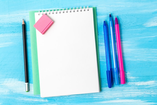 ペン、鉛筆、コピースペースで空白のメモ帳シート。学校のコンセプトに戻る。