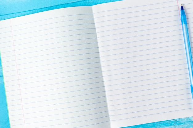 ペンで空白のメモ帳シート。学校のコンセプトに戻る。