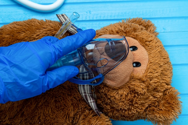 Игрушка медведь с ингаляционной медицинской маской крупным планом