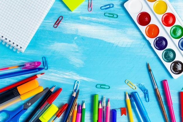 Обратно в школу концепции канцелярских принадлежностей ручки, карандаши, кисти, маркеры, скрепки с копией пространства