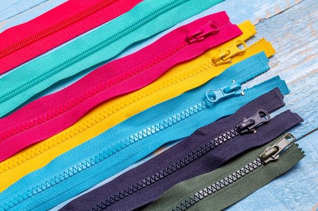 手作りの縫製仕立て用のスライダーパターン付きのカラフルなプラスチックジッパーストライプのパックパック