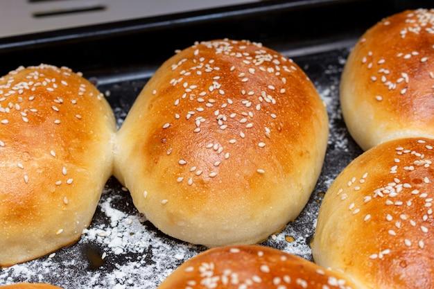 天板にゴマと自家製パンのホットドッグのパン