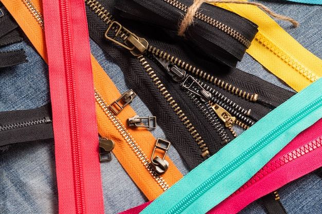 手作りの縫製仕立てのためのスライダーパターンでカラフルなプラスチックと金属のジッパーストライプをたくさん詰める