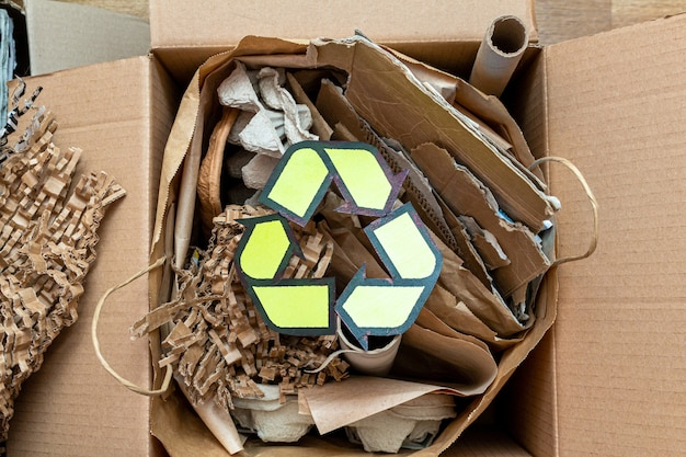 紙、段ボール、漫画はリサイクル記号の付いた廃棄物を使用