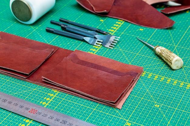 縫製革手作り財布革工芸品の作成