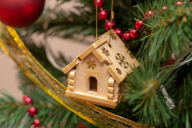 家の家のクリスマスツリーの装飾の毛皮トウヒのクリスマスのおもちゃ。休日の準備コンセプト。