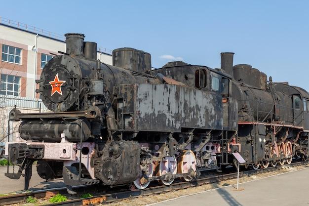 古いビンテージレトロな列車。歴史的な鉄道輸送。