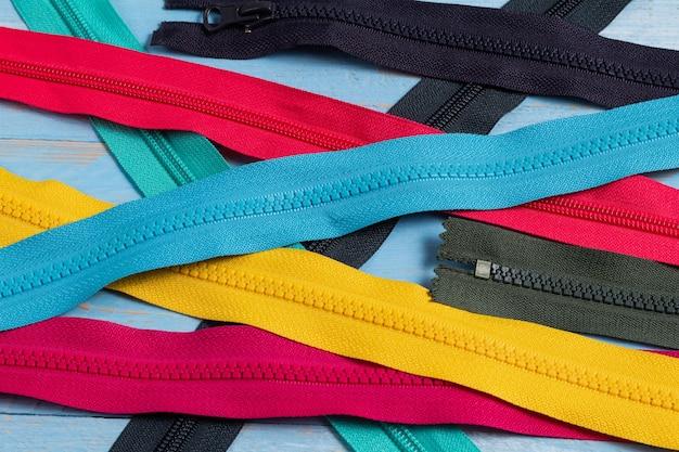 手作りの縫製仕立てのためのスライダーパターンでカラフルなプラスチックジッパーストライプをたくさん詰める
