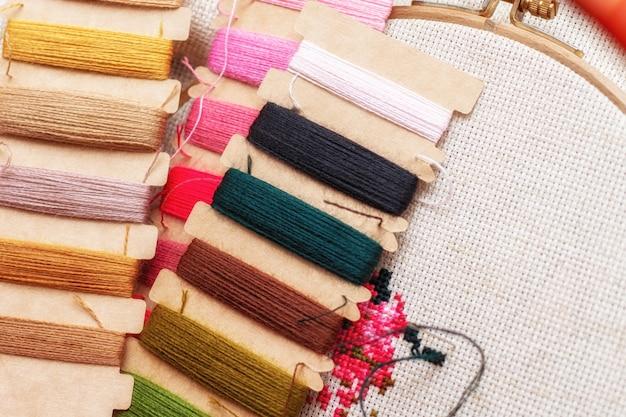 クロスステッチ刺繍プロセス。針刺繍フレームの糸。