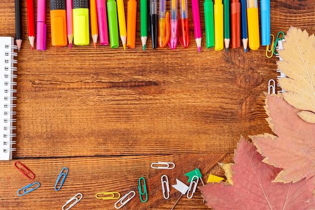 コピースペースのメモ帳のスケッチブックとカラフルな鉛筆マーカー。