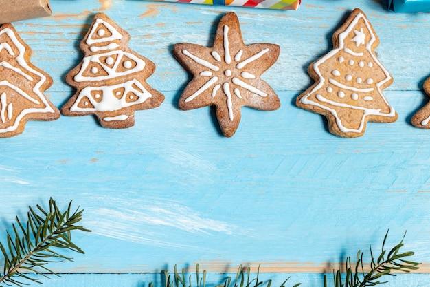Представляет печенье на синем деревянном фоне