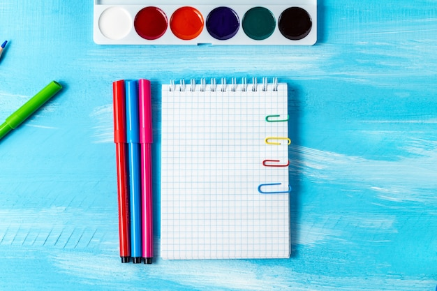 Канцелярские товары, канцелярские товары, ручки, карандаши, кисти, фломастеры, маркеры, скрепки