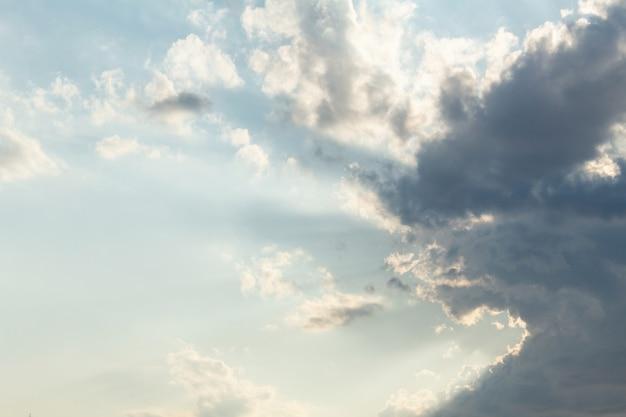 日没前の雲と美しい風光明媚な羽の太陽光線と劇的な絵のようなカラフルな空