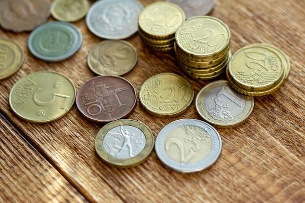 木製の背景にコイン古いさびた真鍮ユーロセイシェルブルガリア中国ドイツパイルパックヒープスタック