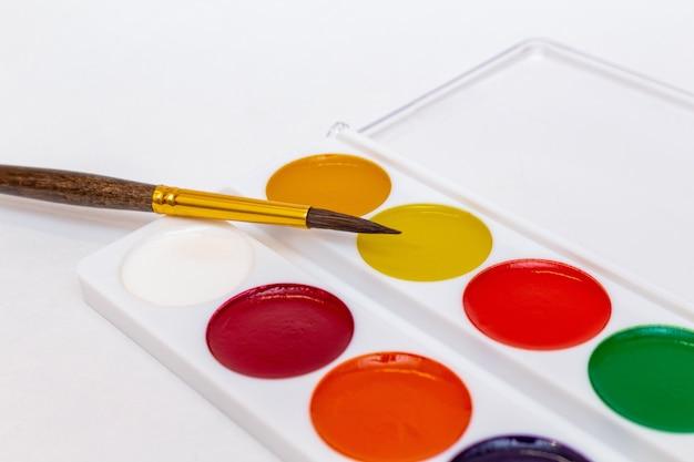 白い背景の水彩絵の具をクローズアップ