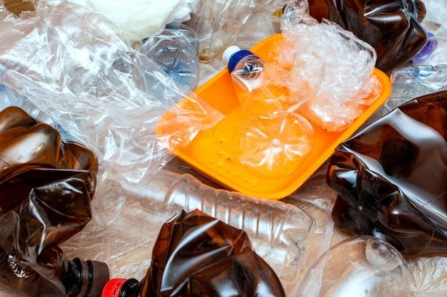 Использованная пластиковая упаковка. экологическая концепция рециркуляции загрязнения