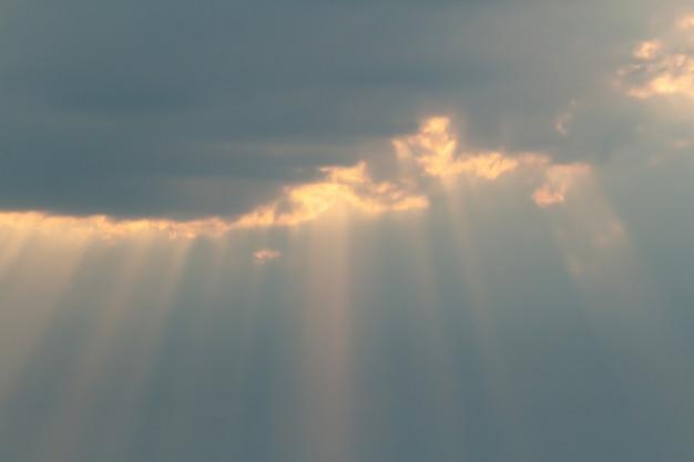 日没前に雲と絵のように美しい太陽光線で劇的な絵のようにカラフルな空