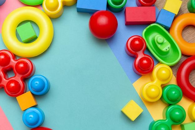 カラフルな子供の子供の教育玩具の背景