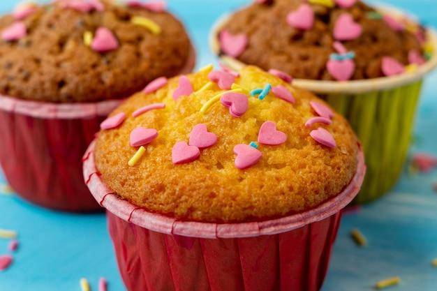 ハート型のお菓子とおいしいカップケーキ。バレンタインギフト