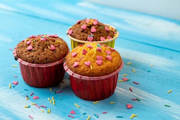 ハート型の菓子とおいしいカップケーキ