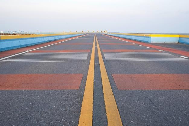 赤い塗られた危険警告のある道路