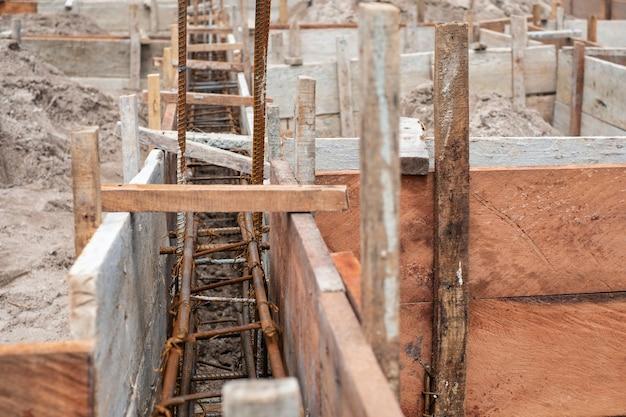 Доски настроены для создания грунтовой балки для строительства дома.