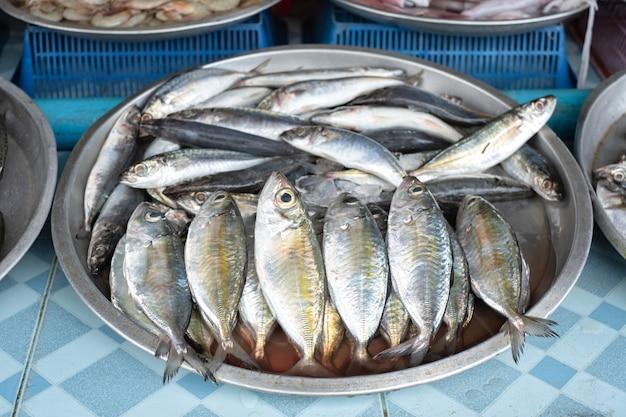 タイの地元市場で新鮮な生サバ。